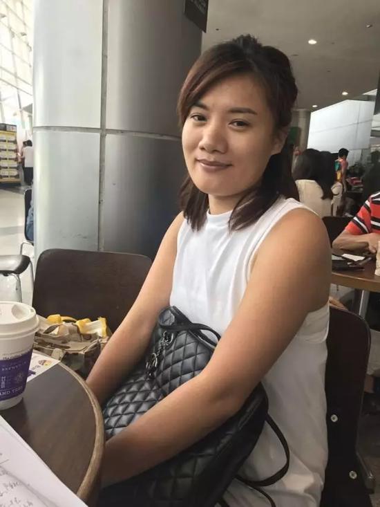 陈女士在AEIS固定考场新加坡博览中心的一家餐厅休息,等候正在参加考试的女儿。