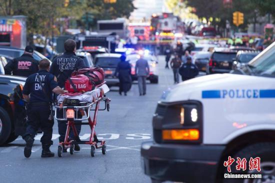 大量警力聚集在纽约卡车撞人袭击现场。 中新社记者 廖攀 摄