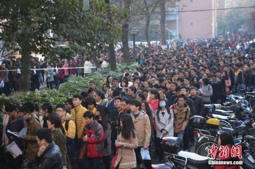 资料图:2015年11月29日,在合肥工业大学考点,考生排队进场。中新社记者 张娅子 摄