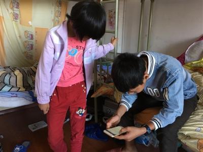 父母被刑拘后,小金和妹妹暂时被委托给学校照顾。