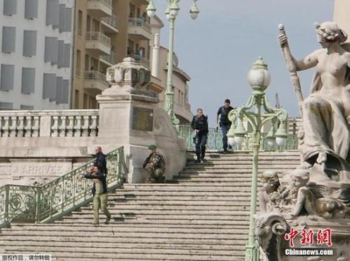 资料图:法国警方正在执勤。