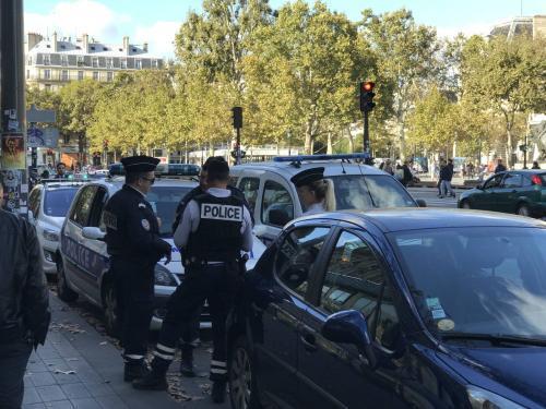 巴黎警察在敏感街区执勤。(法国《欧洲时报》记者黄冠杰 摄)