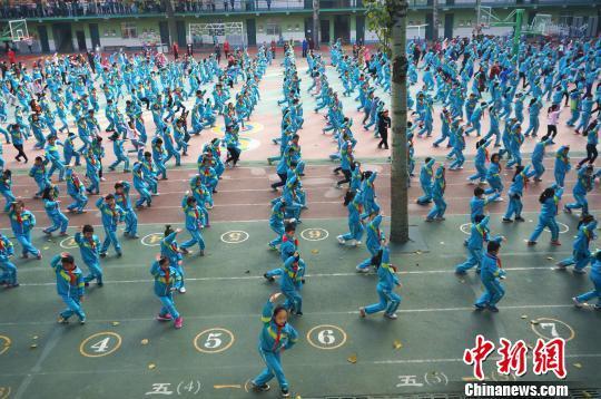 戏曲体操亮相郑州校园 小学生学戏兴趣浓