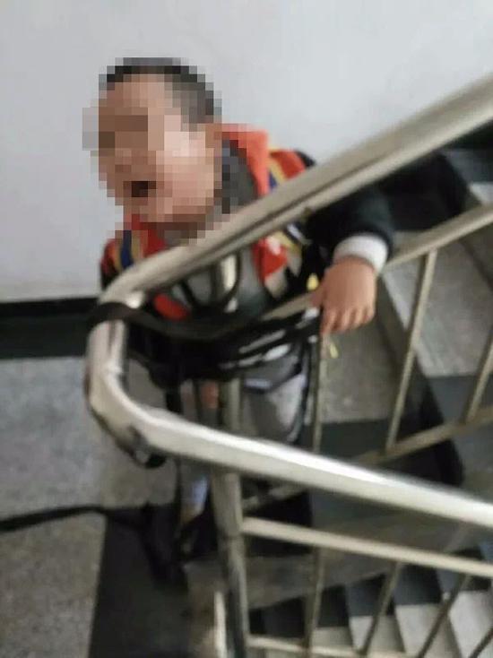 小孩被母亲捆绑在楼梯间。 本文图片均为知情人士供图