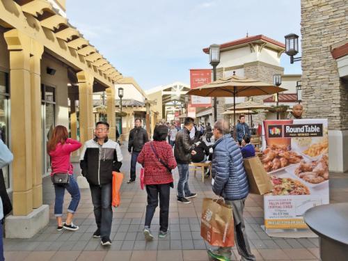 资料图:民众购物。(美国《世界日报》记者刘先进/摄影)
