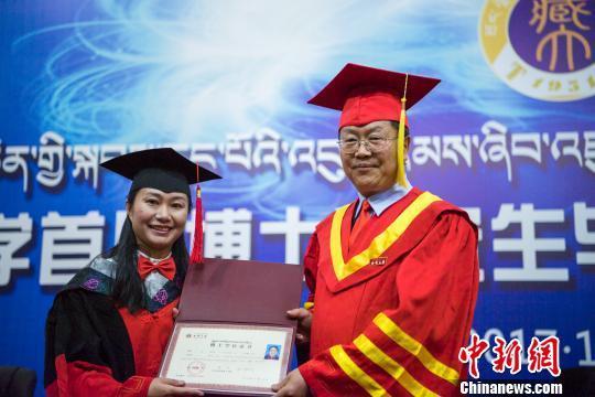 图为西藏大学校长纪建洲(右一)为学位获得者颁发博士学位证书。 何蓬磊 摄