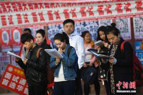 2017年4月22日,山西太原,参加公务员考试的考生走进考点。 韦亮 摄