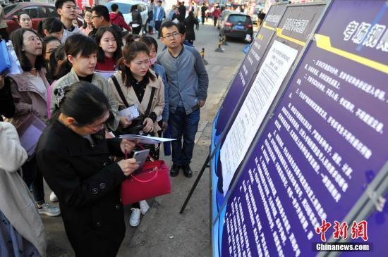 4月22日,山西太原,参加公务员考试的考生查看考场分布。 韦亮 摄