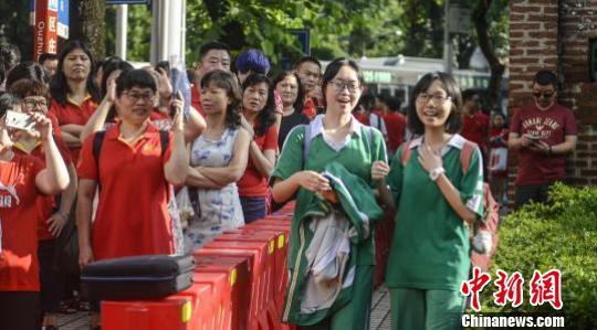 2017年高考首日,广州执信中学考场站满了考生和送考的家长(资料图) 陈骥旻 摄