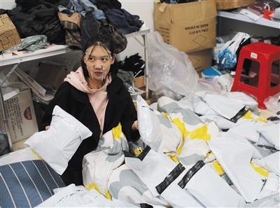 11月7日晚,华容在租的仓库里边敷面膜边提前打包第二天要发的货。