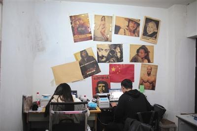 11月7日,赵晨阳(右)在创业学院提供的创业楼内经营着自己的网店。