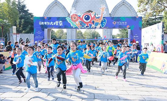 近1800名小学生汇聚上海佘山国家森林公园,参与爱眼公益活动。