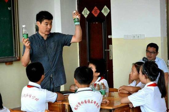 2017年9月,湖南株洲外国语石峰学校,江学勤给四年级的学生上课。(美国《纽约时报》网站)
