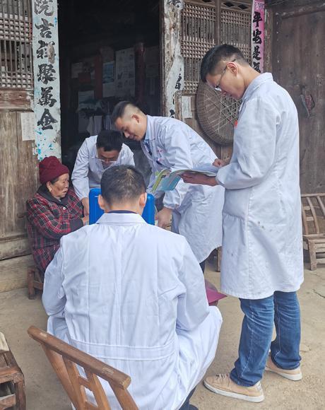 家庭全科医生在贵州省遵义玉屏侗族自治县大龙镇到户走访