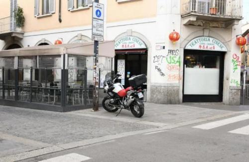 米兰华人街最有名的隆昌点心店门口。(《欧洲时报》夏晓彤摄)