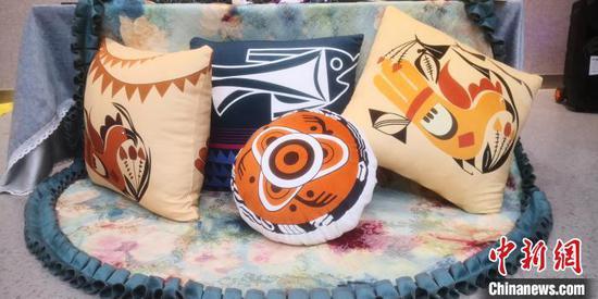 图为富有彩陶文化元素设计的抱枕。 魏建军 摄