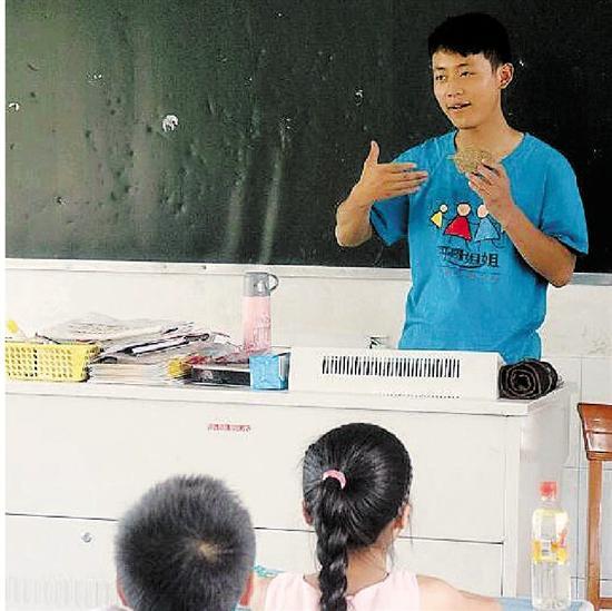 刘则进给小朋友们讲课