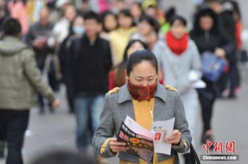 资料图:参加考试的考生在考前紧张复习。中新社记者 韦亮 摄