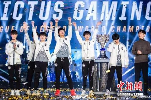 资料图:中国IG战队登顶《英雄联盟》全球总决赛。