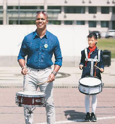 王富贵(左一)近照