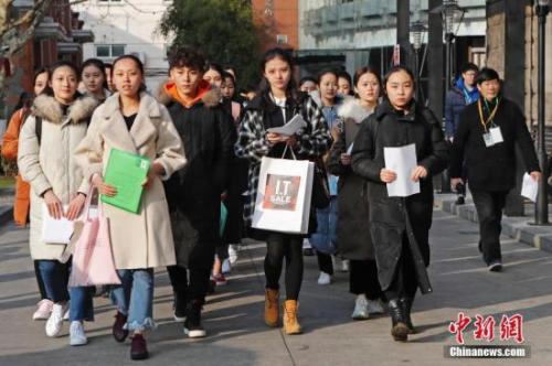 资料图:上海戏剧学院艺考现场,考生正在等待考试。中新社记者 殷立勤 摄