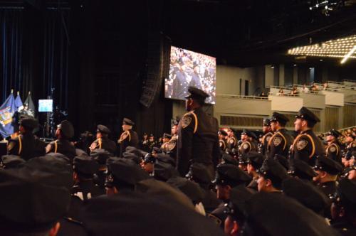 美国纽约448名新警察毕业 两位华裔女警受瞩目