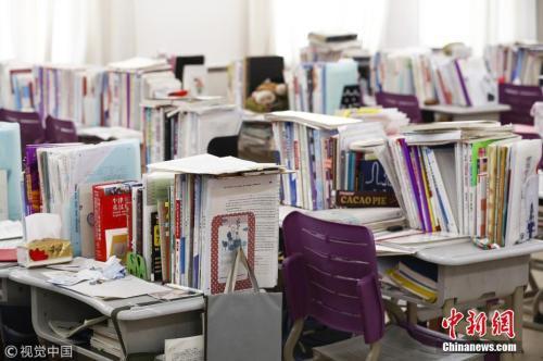 2月25日,太原,在高三年级教室内,书桌上摆放着各类学习资料及励志标语,如同图书馆。 视觉中国 资料