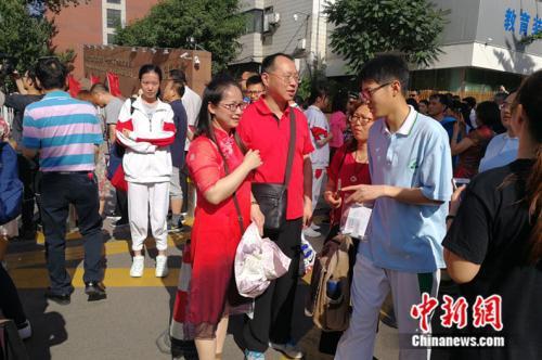 人大附中考场外送考的家长。中新网记者 张尼 摄