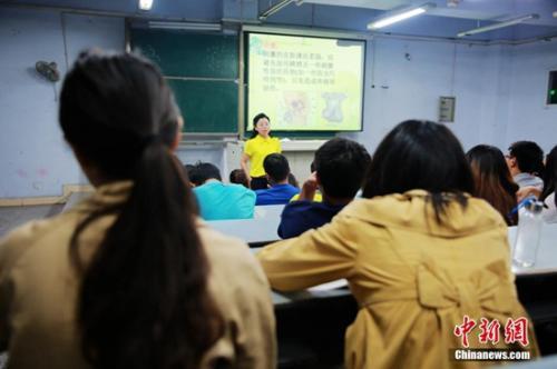 资料图:2015年9月22日晚,四川文理学院新学期的一门选修课——性健康教育课开讲,当晚原本可坐50人的教室爆棚。钟欣 摄