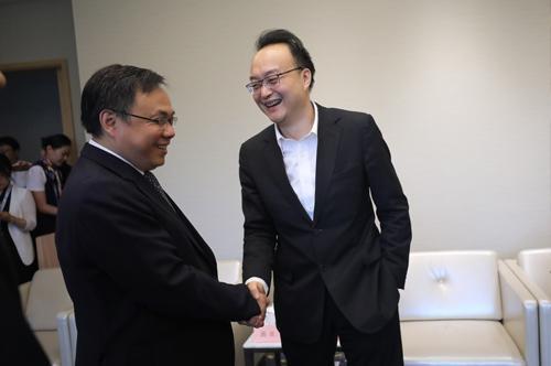 昌平区区长王合生(左),会见好未来集团公共事务总裁万怡挺(右)等重点与会企业有关负责人