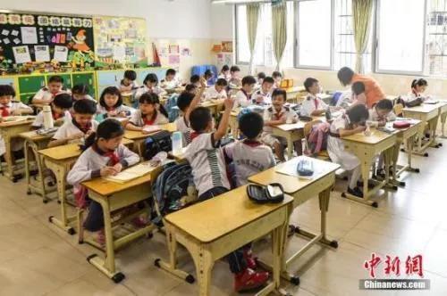 资料图:小学生在上课中新社记者 陈骥旻 摄