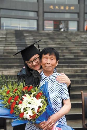 孙玉晴本科毕业时与养母的合影。受访者供图