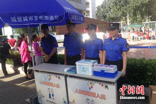 城管工作人员在考场外搭建了服务站。中新网记者 张尼 摄