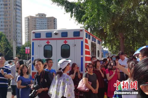 999急救车在考场外待命。中新网记者 张尼 摄
