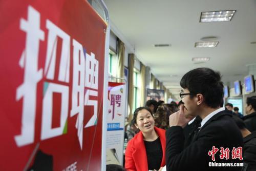 资料图:2月24日,春节后江西省举办的首场招聘大会,现场场面火爆。姜涛 摄