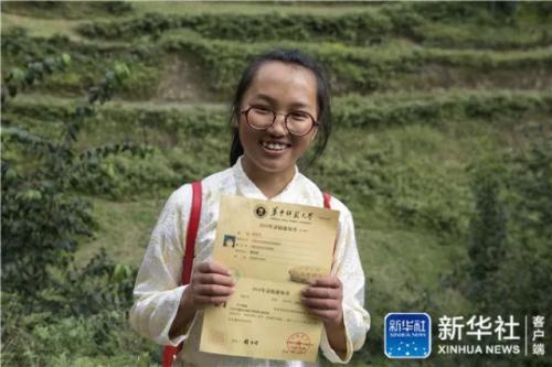 在云南省曲靖市会泽县,仇文飞展示自己的录取通知书(8月29日摄)新华社记者 胡超 摄