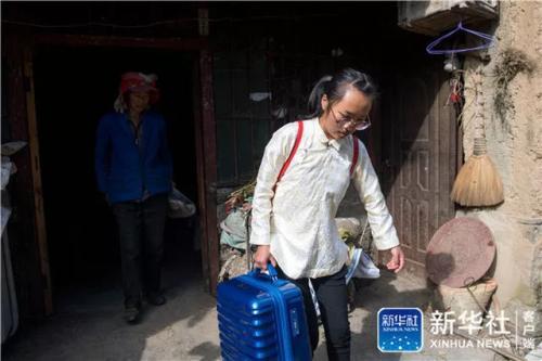 在云南省曲靖市会泽县,仇文飞拎着行李箱走出家门(8月29日摄)。新华社记者 胡超 摄