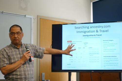 温佑华讲述家族历史搜寻技巧。(图片来源:美国《世界日报》记者金春香/摄影)