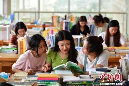 """""""最牛宿舍""""的9名女大学生在自习室学习。 翟羽佳 摄"""