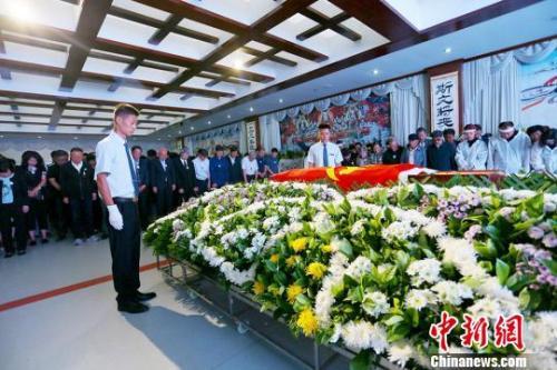 社会各界人士前来吊唁李最雄先生。 高展 摄
