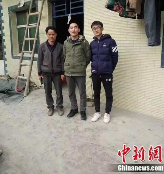 刘秀祥到学生家里家访 受访者供图