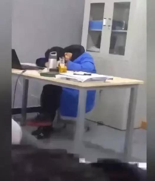 职校老师醉酒上课还睡觉 校方:教学事故 解聘