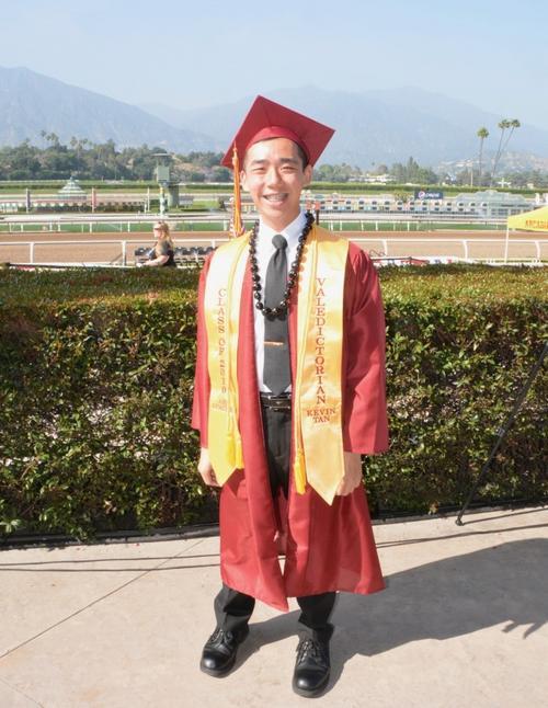 华裔毕业生谭璟铧披上美国亚凯迪亚高中应届毕业生第一名授带。(美国《世界日报》/丁曙 摄)