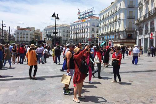 中国游客在西班牙太阳门广场留念拍照。(图片来源:《欧洲时报》记者梦唐 摄)