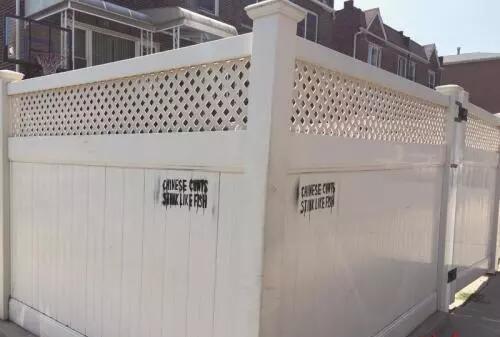 83街交19大道的一家华人住所院墙上
