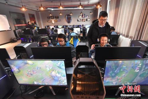 乌鲁木齐一高校开设电竞专业。中新社记者 刘新 摄