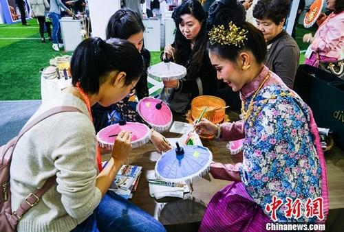 资料图片:一位泰国工艺师教中国民众制作特色工艺品。中新社记者 唐梦宪 摄