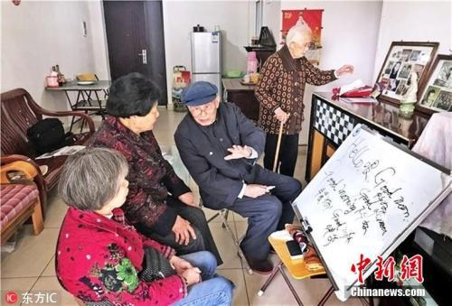 资料图:2018年4月3日,重庆新山村街道锁口丘社区,已经102岁的戴立朝,已把学习英语的乐趣融入到生命中,哪怕戴着600度的近视眼镜看书写字,有时还需借助放大镜,依然乐此不疲。图片来源:东方IC