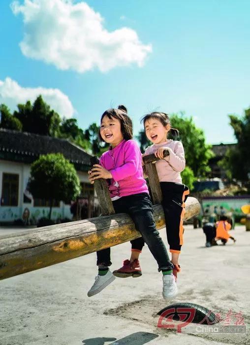 石美琳(右)与伙伴开心地一起玩跷跷板。