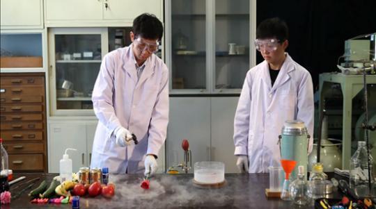 成蒙(左一)和博士生汤建在录制科普视频。受访者供图